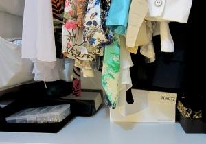 Algumas das caixas que mantenho embaixo das roupas penduradas.